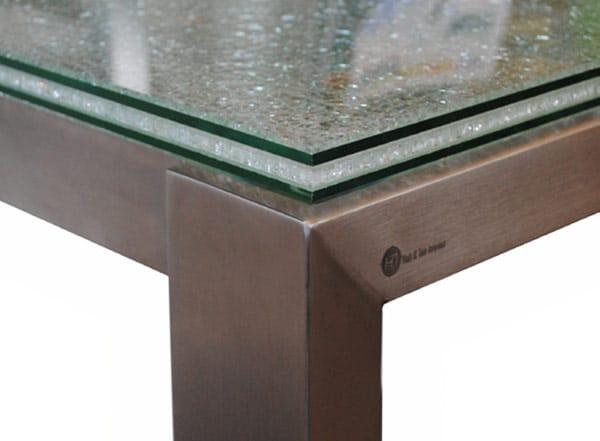 Detail foto van een RVS tafelonderstelmet glazen tafelblad