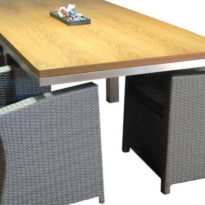 RVS tafelonderstel in ruimte met lichtgekleurd tafelblad en 4 stoelen