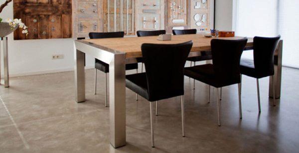 RVS tafel in woonkamer