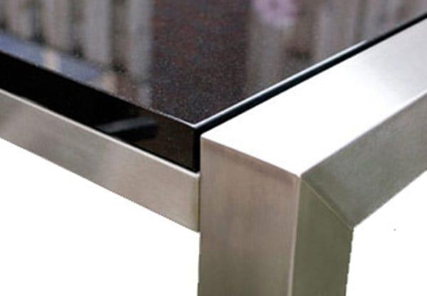 Detail hoek foto marmer tafelblad en RVS tafelonderstel