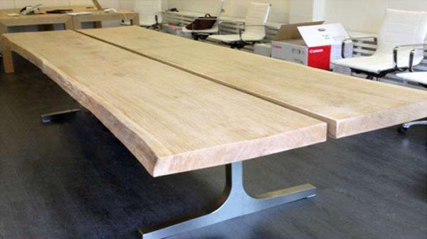 RVS tafelframe met 2 dikke houtenplanken als tafelblad op kantoor