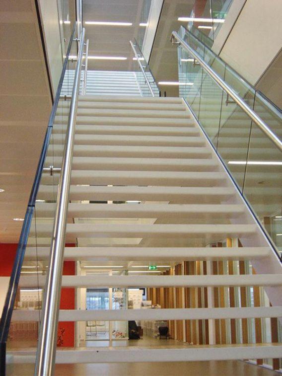 hoofdkantoor-Asics met steektrap en balustrade van RVS