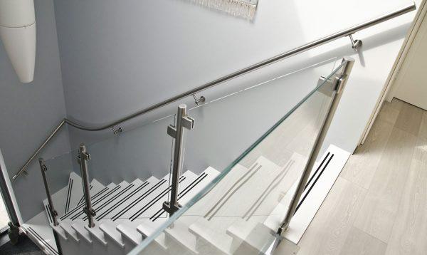 RVS balustrade met glas op trap en rvs trapleuning op muur