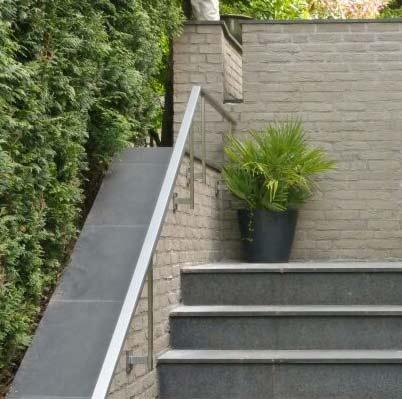 Buiten trap met rechthoekige RVS trapleuning