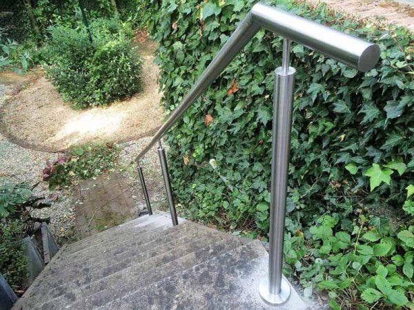 Mooi rond rvs trapleuning op trap naar tuin.