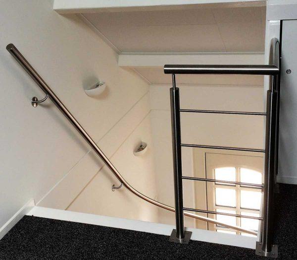 Balustrade boven op overloop en rond rvs trapleuning met bocht
